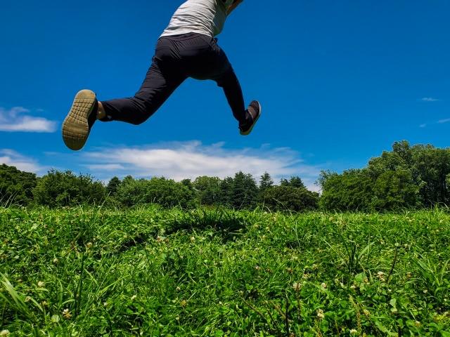 走りながらジャンプする人